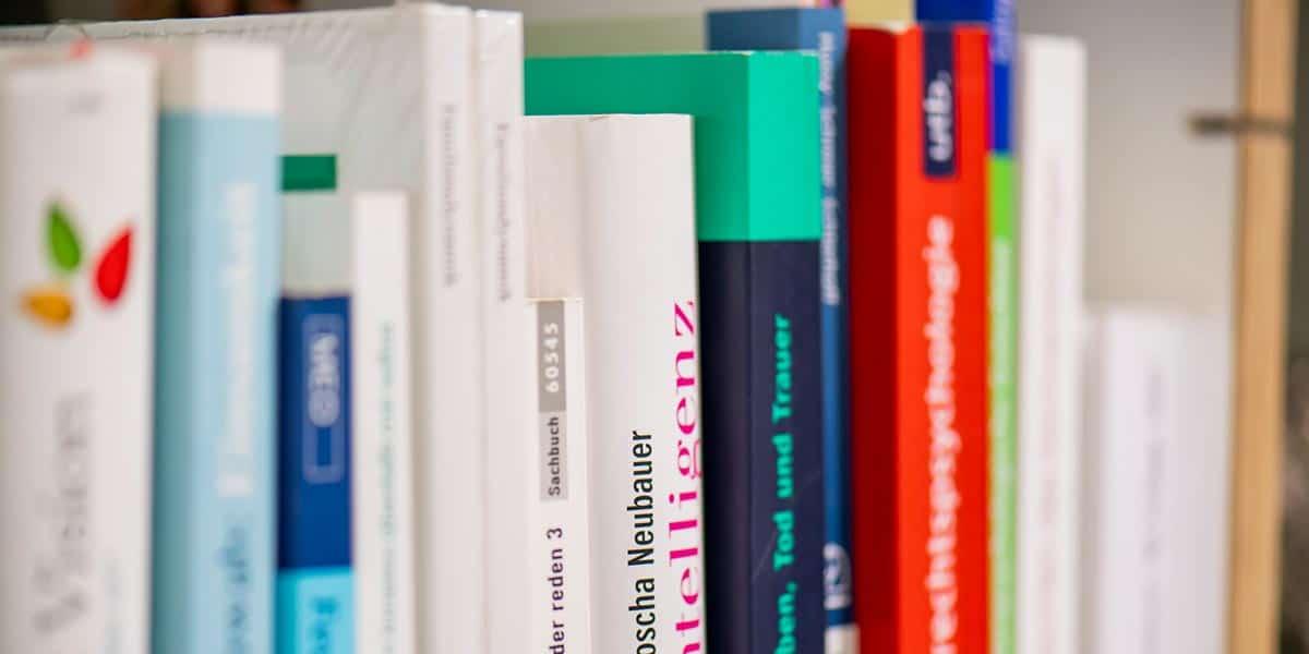 Witte Lehrbeauftragte, Fachbücher im Regal
